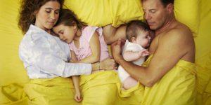 Риск родителей, которые спят в одной кровати с детьми