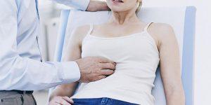 У девушки болит живот: возможные причины, как действовать
