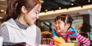 Когда ребенок начинает откликаться на свое имя? Нормы и причины отсутствия реакции