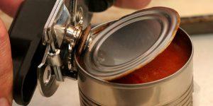 Мы неправильно открываем консервы, я это понял когда увидел хитрый способ вскрытия жестяных банок обычной открывашкой